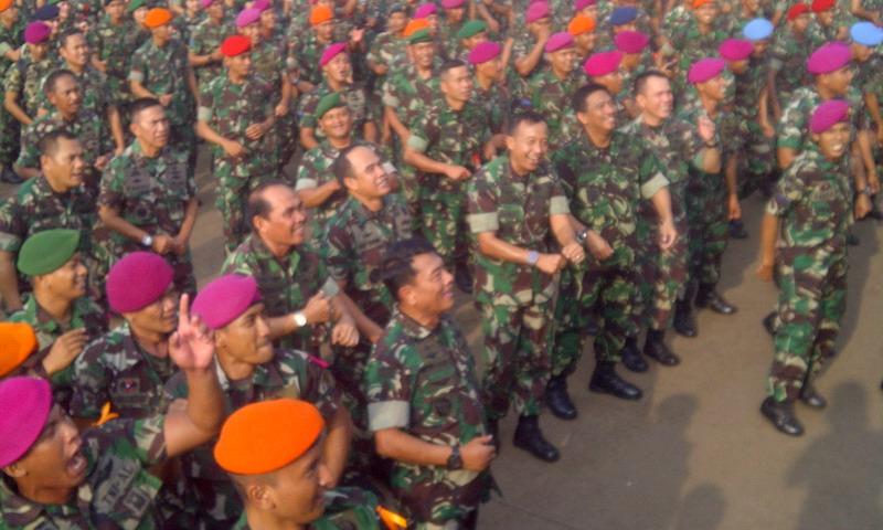 Panglima TNI Goyang Dumang Bareng Prajurit