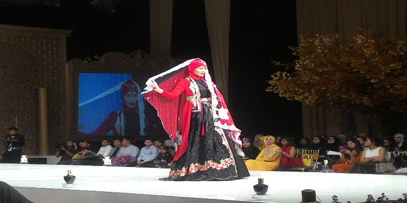 https: img.okezone.com content 2015 05 02 194 1143671 kaftan-rancangan-wanita-indonesia-dipamerkan-di-london-nIA89SrANg.jpg
