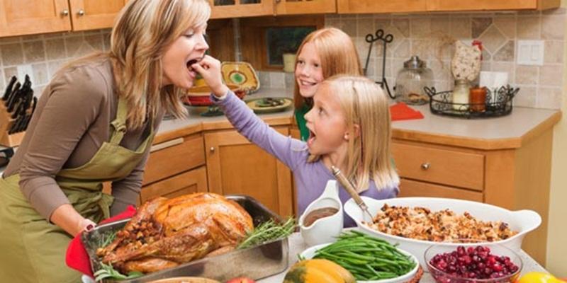 https: img.okezone.com content 2015 05 07 298 1146191 muzdalifah-sempatkan-makan-bersama-anak-anak-qYm51Lv8KK.jpg