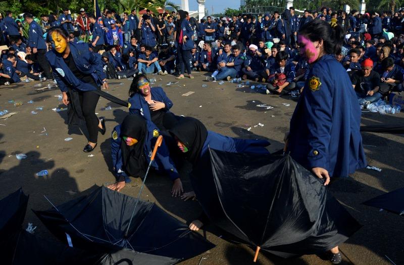 Ilustrasi teatrikal perlawanan mahasiswa pada Mei 1998 (Foto: Antara)