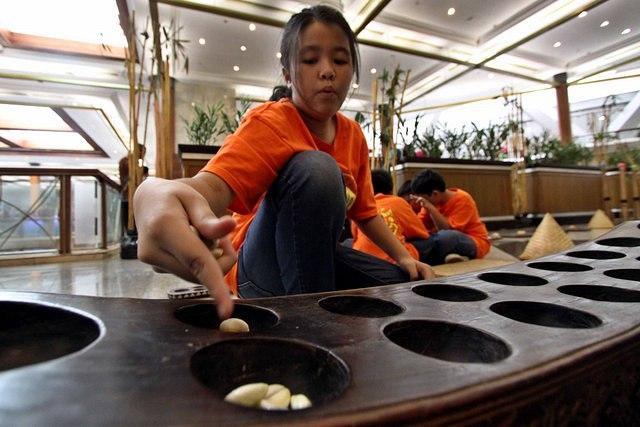 https: img.okezone.com content 2015 06 04 65 1159919 mendidik-anak-dengan-alam-permainan-tradisional-CAa8Ewi9Ek.jpg