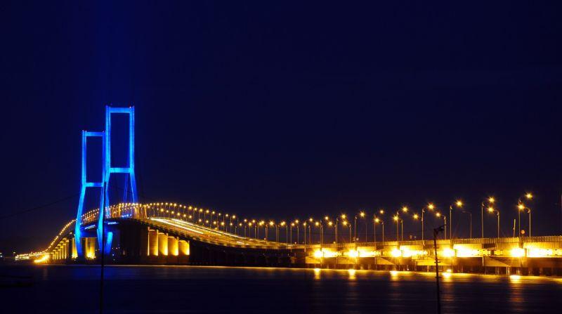 https: img.okezone.com content 2015 06 05 406 1161046 jembatan-suramadu-sentral-utama-surabaya-ke-madura-myzTAaJm91.jpg