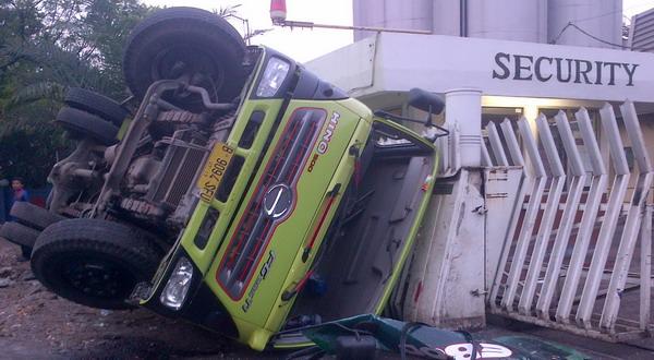Pecah Ban Truk Kontainer Terguling Okezone News