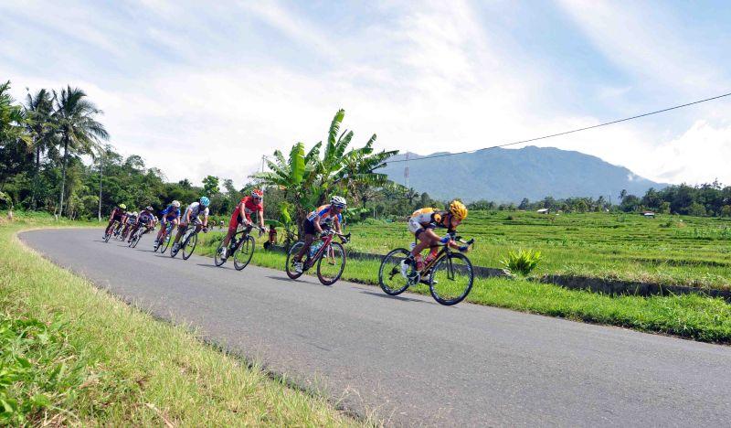 https: img.okezone.com content 2015 06 14 43 1165252 total-rp1-4-m-menanti-pemenang-tour-de-singkarak-HVwN5zUO62.jpg