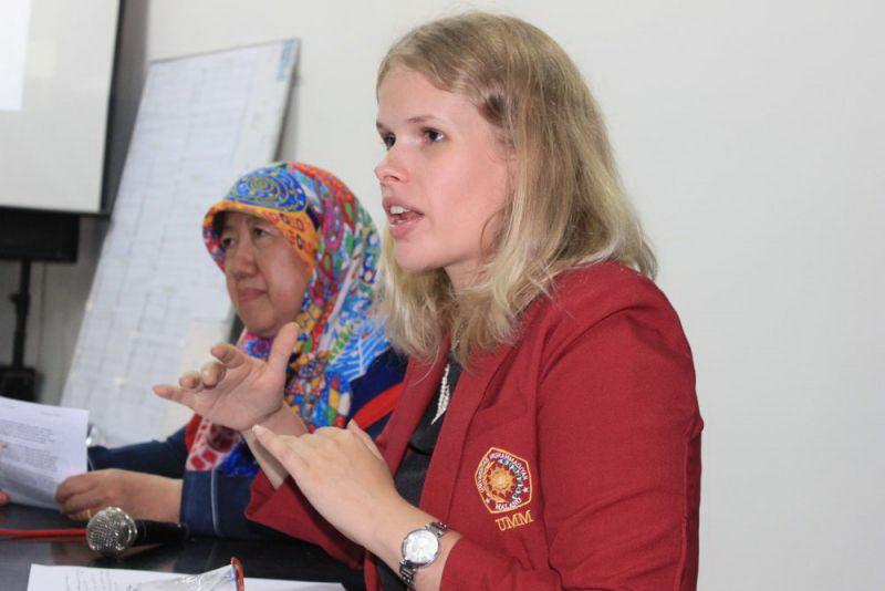 Emma Cecilia Roberts mahasiswi asing di UMM yang sedang mempresentasikan hasil risetnya (foto:umm.ac.id)