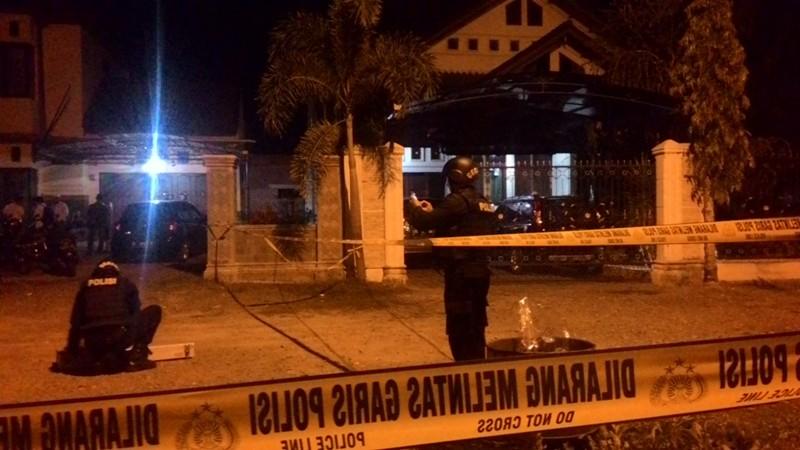 Petugas Olah TKP Rumah Kadis Pengairan Aceh Usai Digranat OTK (Foto: Salman/Okezone)