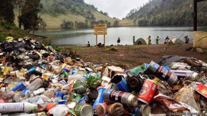 https: img.okezone.com content 2015 06 25 519 1171268 sampah-di-gunung-semeru-mengkhawatirkan-dPORIkTT46.jpg