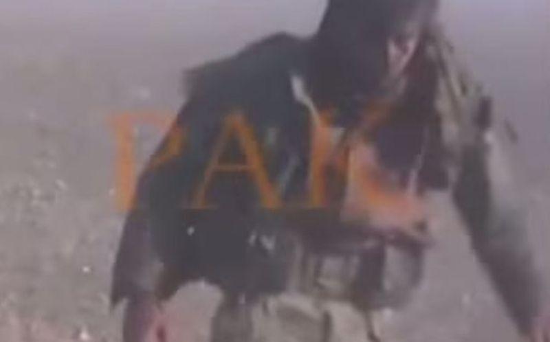 Pejuang Kurdi ini kembali berdiri setelah terkena ledakan bom. (Foto: Mirror)