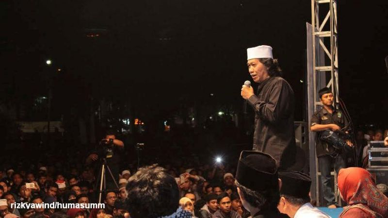 Budayawan Emha Ainun Najib atau Cak Nun saat memberikan cemarah di UMM (foto: UMM)