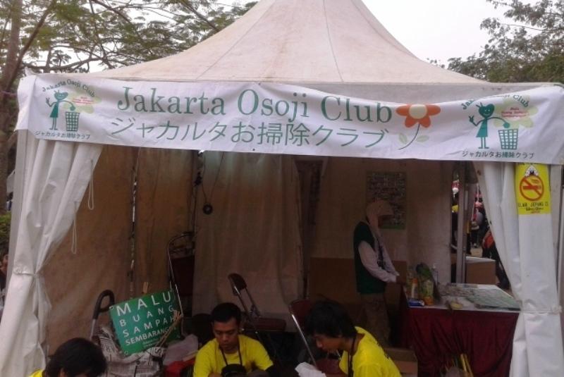 Jakarta Osoji Club mengajak masyarakat Indonesia peduli lingkungan dengan memungut sampah yang berserakan. (Foto: Marieska/Okezone)