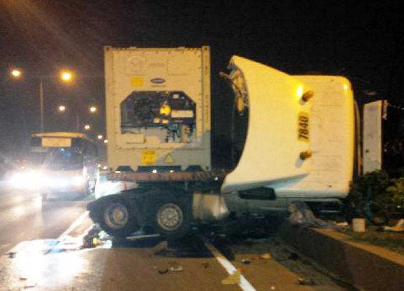 [Image: truk-trailer-terbalik-di-tol-ancol-lalu-...XcpQTN.jpg]
