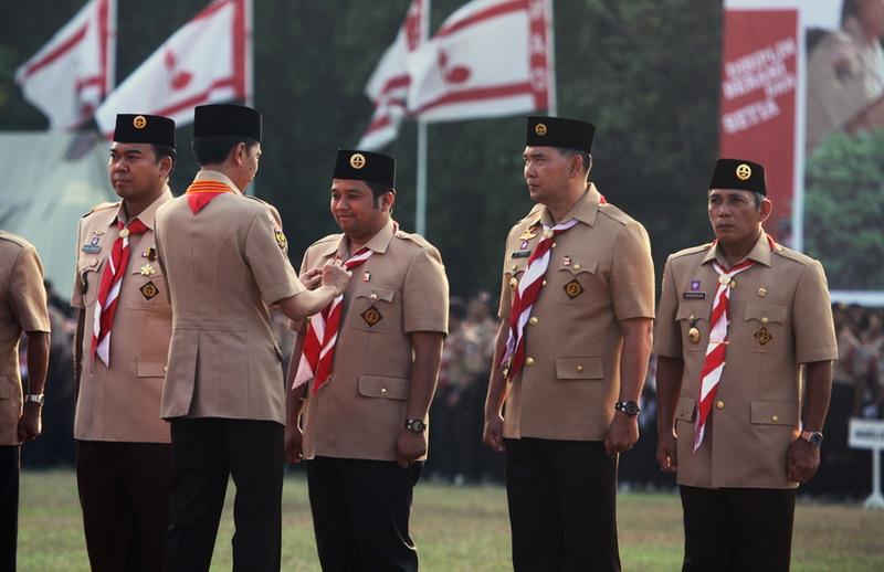 Jokowi saat menyematkan penghargaan di bidang Pramuka kepala daerah (foto: Humas Pemkot Tangerang)