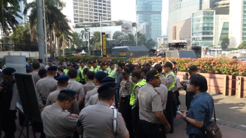 Water Canon & 1.583 Polisi Kawal Demo Buruh di Bundaran HI