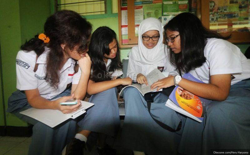 Ilustrasi: Siswa SMA berdoa menjelang ujian nasional. (Foto: dok. Okezone)