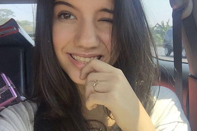 https: img.okezone.com content 2015 09 26 206 1221230 aktris-cantik-ini-sering-bawa-buku-ke-lokasi-syuting-TnfXHlLC4o.jpg
