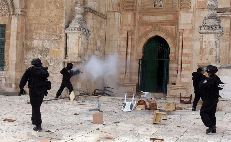 Rekaman Serangan Lanjutan Polisi Israel di Masjidil Aqsa : Okezone News