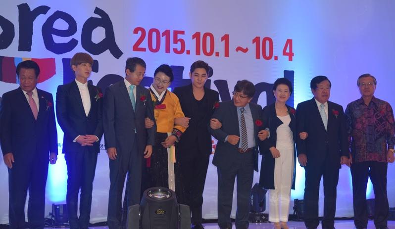 https: img.okezone.com content 2015 10 01 33 1224336 leeteuk-dan-kangin-super-junior-senang-bertemu-fans-indonesia-94b2csWGE8.jpg