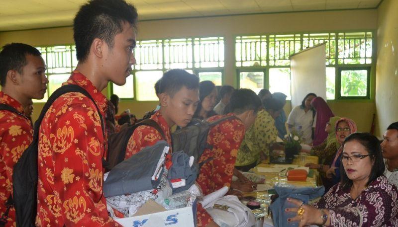 https: img.okezone.com content 2015 10 07 65 1227452 seragam-batik-identitas-sekolah-ZOTqUkcPxD.jpg