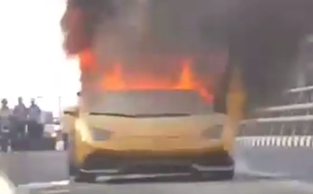 gas digeber lamborghini gallardo terbakar di tengah jalan okezone news. Black Bedroom Furniture Sets. Home Design Ideas