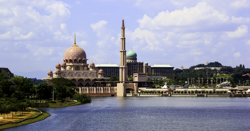 https: img.okezone.com content 2015 10 18 406 1233709 masjid-megah-di-malaysia-berhias-kubah-emas-kristal-Osvl3WZrCH.jpg