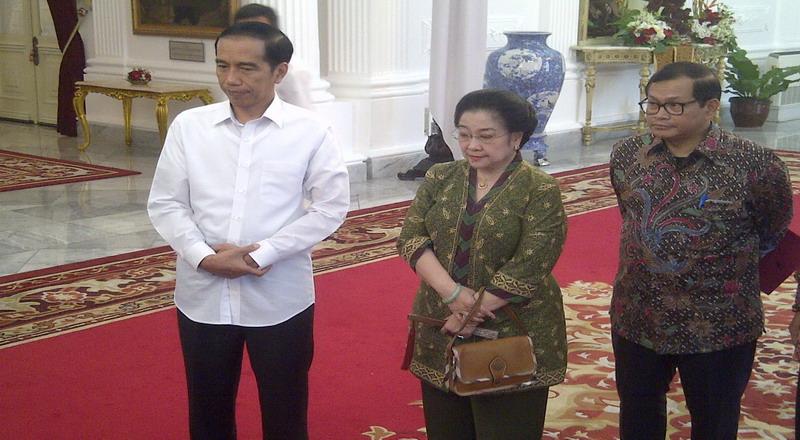 Hasil gambar untuk Megawati Soekarnoputri saat berdialog dengan Presiden Jokowi di Istana Merdeka,