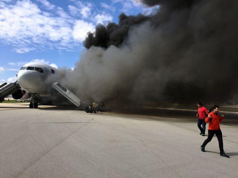 Terlihat asap besar terus mengepul dari pesawat itu (Foto: Mirror)