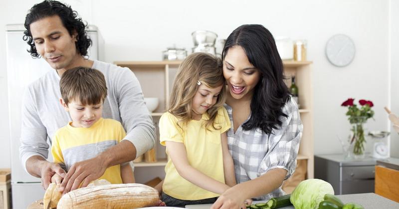 https: img.okezone.com content 2015 10 30 298 1240811 moms-ini-pentingnya-mengajarkan-anak-memasak-YJWBEpyqr3.jpg