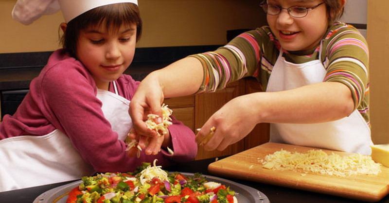 https: img.okezone.com content 2015 10 30 298 1240910 usia-tepat-ajarkan-si-kecil-memasak-06VneyCeyh.jpg