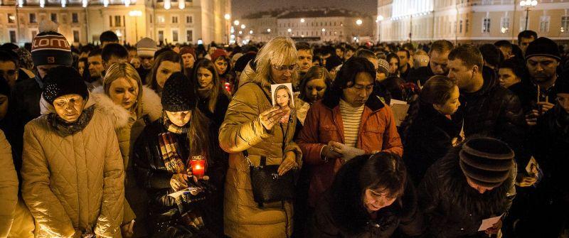Warga Saint Petersburg berkumpul di pusat kota untuk mengenang korban tewas (Foto: Getty Images)
