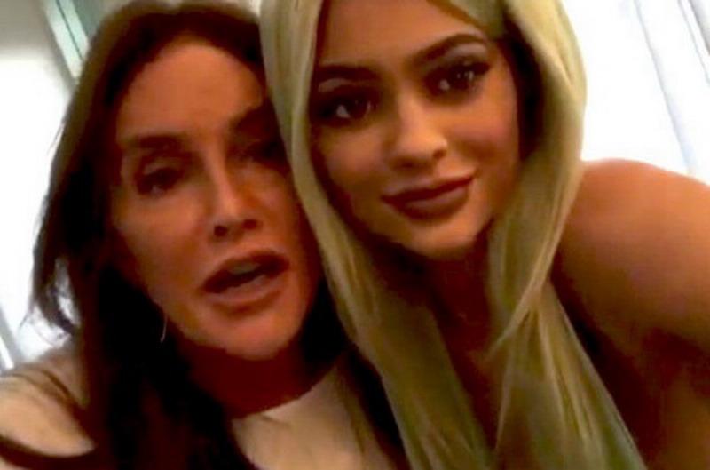 https: img.okezone.com content 2015 11 03 194 1243058 caitlyn-jenner-jadi-model-lipstik-kylie-jenner-p2XQA2fkjP.jpg