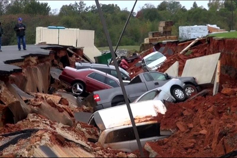 Mobil yang menumpuk akibat terperosok sinkhole (Foto: NBC News)