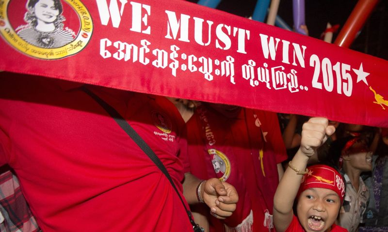 https: img.okezone.com content 2015 11 13 18 1248762 partai-aung-san-suu-kyi-memenangkan-pemilihan-bersejarah-myanmar-zHQEzBAVMp.jpg