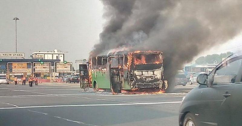 https: img.okezone.com content 2015 11 18 338 1251343 bus-terbakar-di-tol-halim-diduga-akibat-korsleting-listrik-zhahxnFk1y.jpg