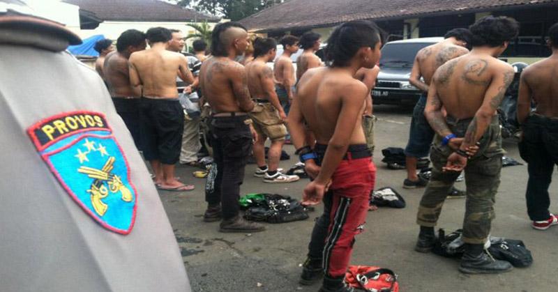 https: img.okezone.com content 2015 11 18 340 1251500 polisi-tangkap-puluhan-preman-di-bali-mYwKypFbwZ.jpg