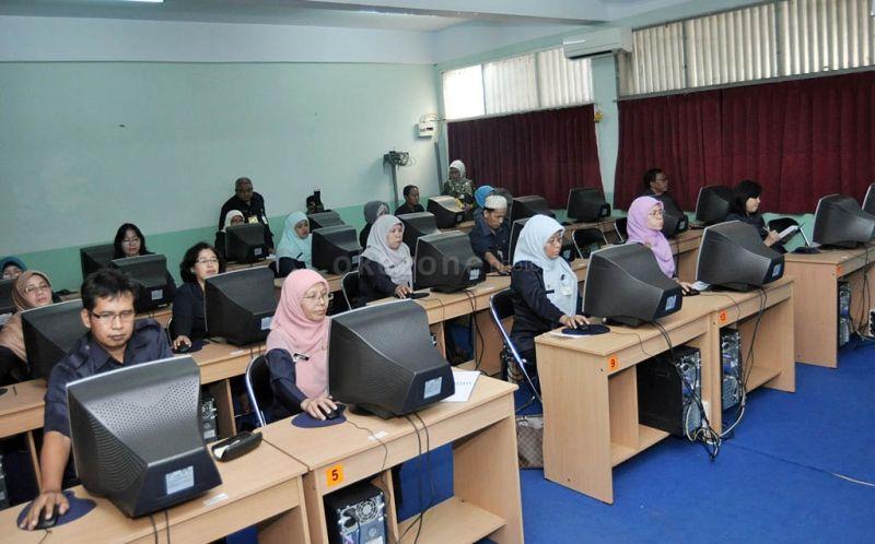 Para guru menjalani ujian kompetensi guru (UKG) online. (Foto: dok. Okezone)