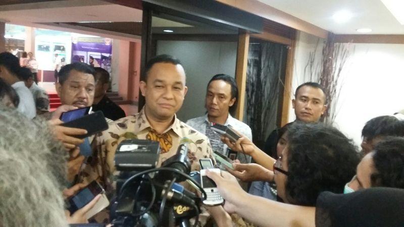 Mendikbud Anies Baswedan memberi keterangan kepada wartawan usai membuka Simposium Guru Nasional di Istora Senayan. (Foto: Afriani S/Okezone)