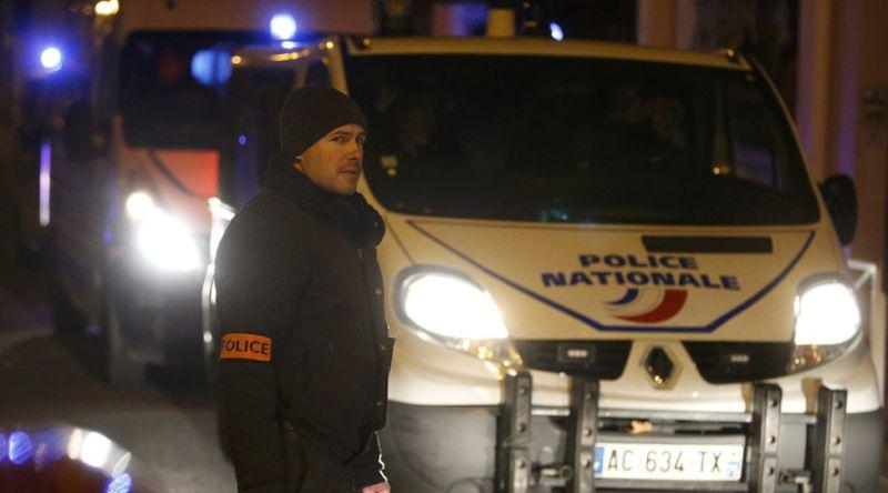 Polisi berjaga di lokasi penemuan bom rompi di Paris (Foto: RT)