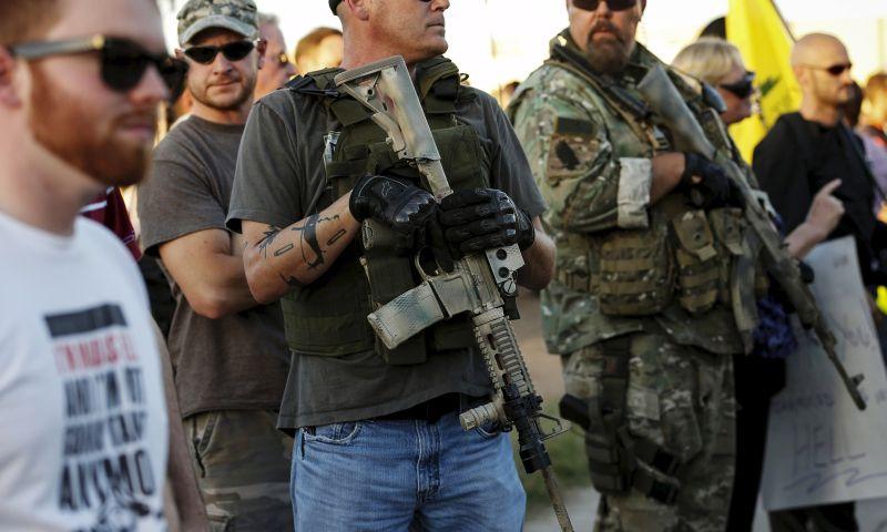 Demonstran anti-Islam membawa senapan laras panjang di depan Masjid (Foto: Reuters)