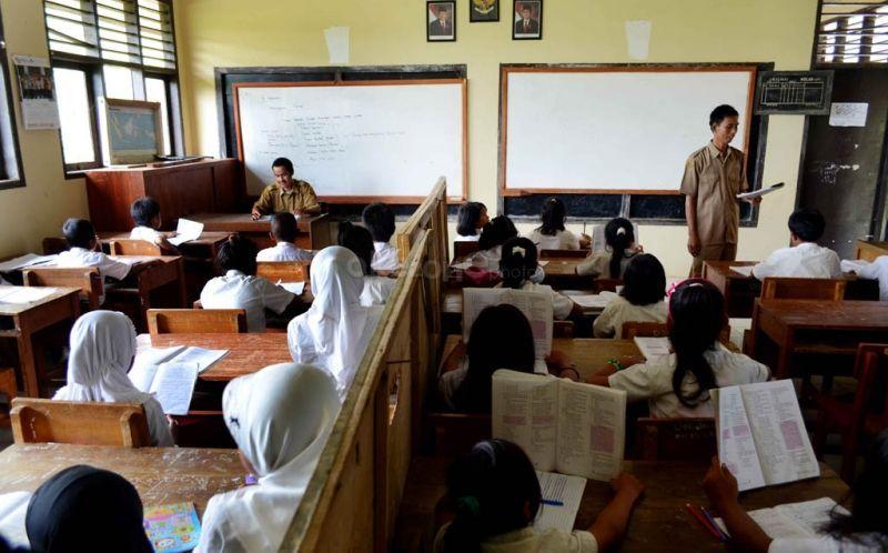 Dua guru berbagi ruang kelas dalam proses belajar mengajar. (Foto: Dok. Okezone)