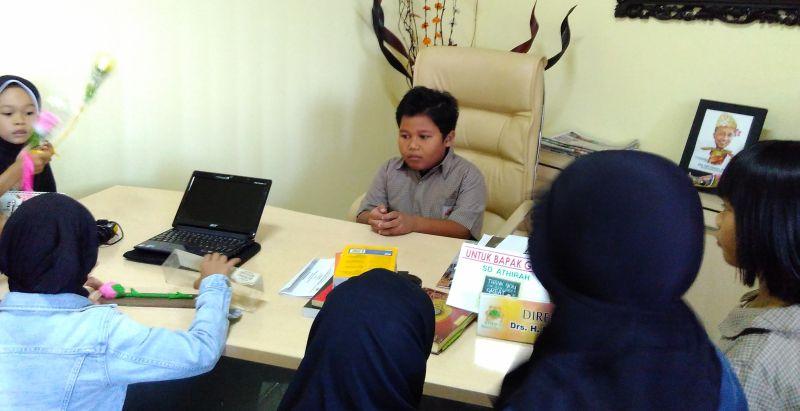Anak-anak memberikan kado saat Hari Guru Nasional. (Foto: Salviah/Okezone)