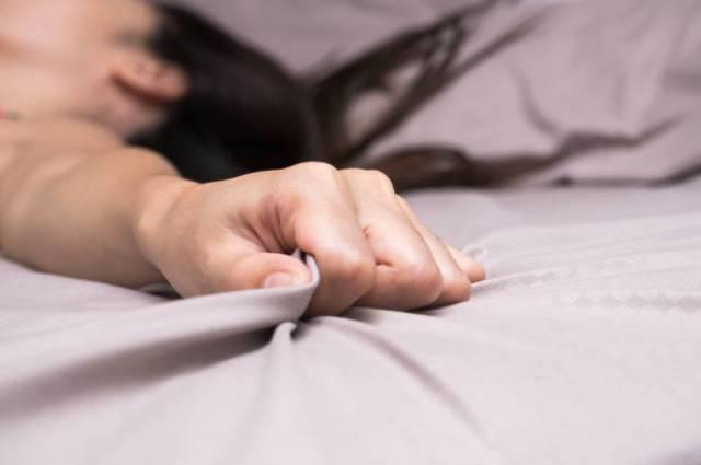 Awalnya dipaksa, Mawar pun ketagihan (Ilustrasi: Shutterstock)