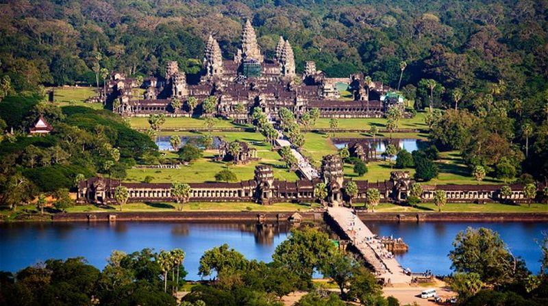 https: img.okezone.com content 2015 12 11 406 1265542 angkor-wat-larang-turis-selfie-bareng-biksu-HEEfcpjK54.jpg