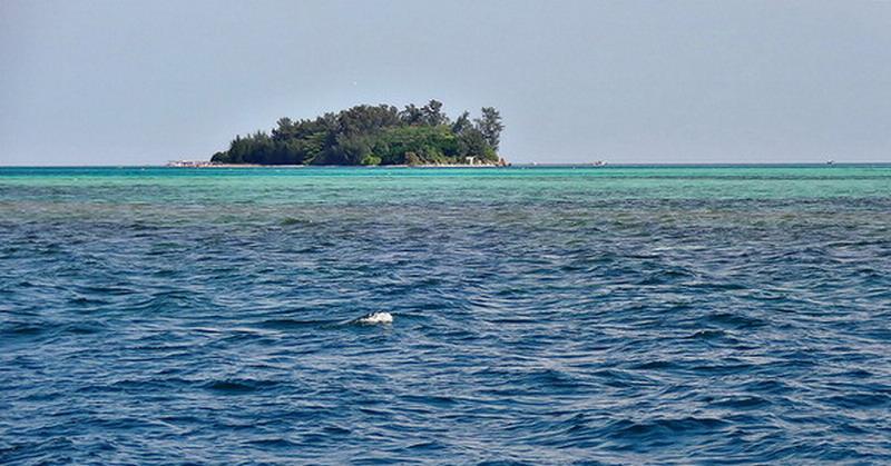 https: img.okezone.com content 2015 12 17 510 1269456 permukaan-air-laut-naik-pulau-kecil-indonesia-siap-siap-tenggelam-ZvBtQtP5UK.jpg