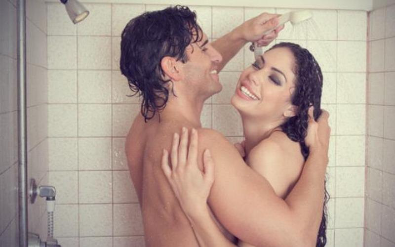 Segudang Manfaat Sehat Mandi Bareng Pasangan : Okezone Lifestyle
