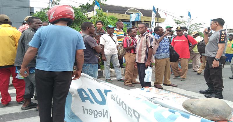 Demo guru di Timika. (Foto: Saldi Hermanto/Okezone)