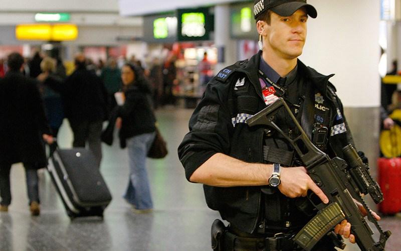 https: img.okezone.com content 2015 12 24 18 1273941 dilarang-ke-disneyland-keluarga-muslim-dipermalukan-di-bandara-QcovUmyQy9.jpg
