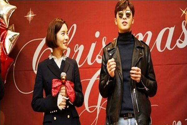 https: img.okezone.com content 2015 12 24 33 1274138 park-seo-joon-hwang-jung-eum-reuni-sambil-beramal-cGi76aMvzW.jpg
