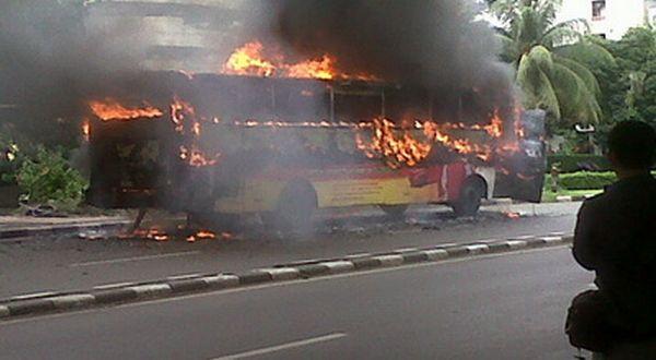 https: img.okezone.com content 2015 12 26 338 1275163 bus-bianglala-terbakar-di-exit-tol-slipi-doZX0tIruf.jpg