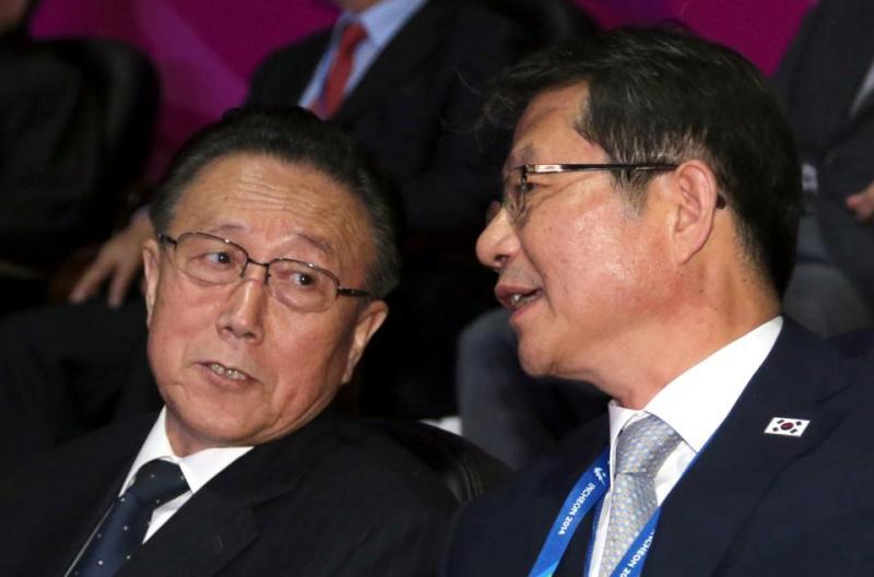 Kim Yang Gon (ki) berbincang dengan Menteri Reunifikasi Korea Selatan Ryoo Kihl-jae pada penutupan Asian Games, 4 Oktober 2015. (Foto: AP)