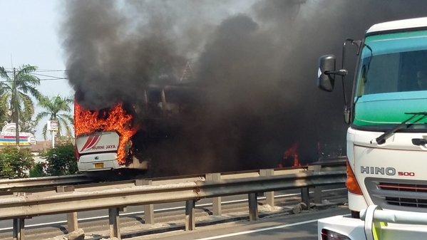 https: img.okezone.com content 2016 01 01 338 1279087 bus-murni-jaya-terbakar-di-tol-merak-Fki3UFlmpw.jpg